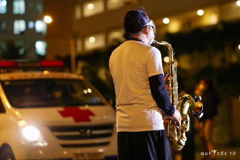 Nghẹn ngào nghe Trần Mạnh Tuấn thổi Saxophone ở bệnh viện dã chiến - ảnh 3