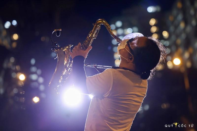 Nghẹn ngào nghe Trần Mạnh Tuấn thổi Saxophone ở bệnh viện dã chiến - ảnh 1