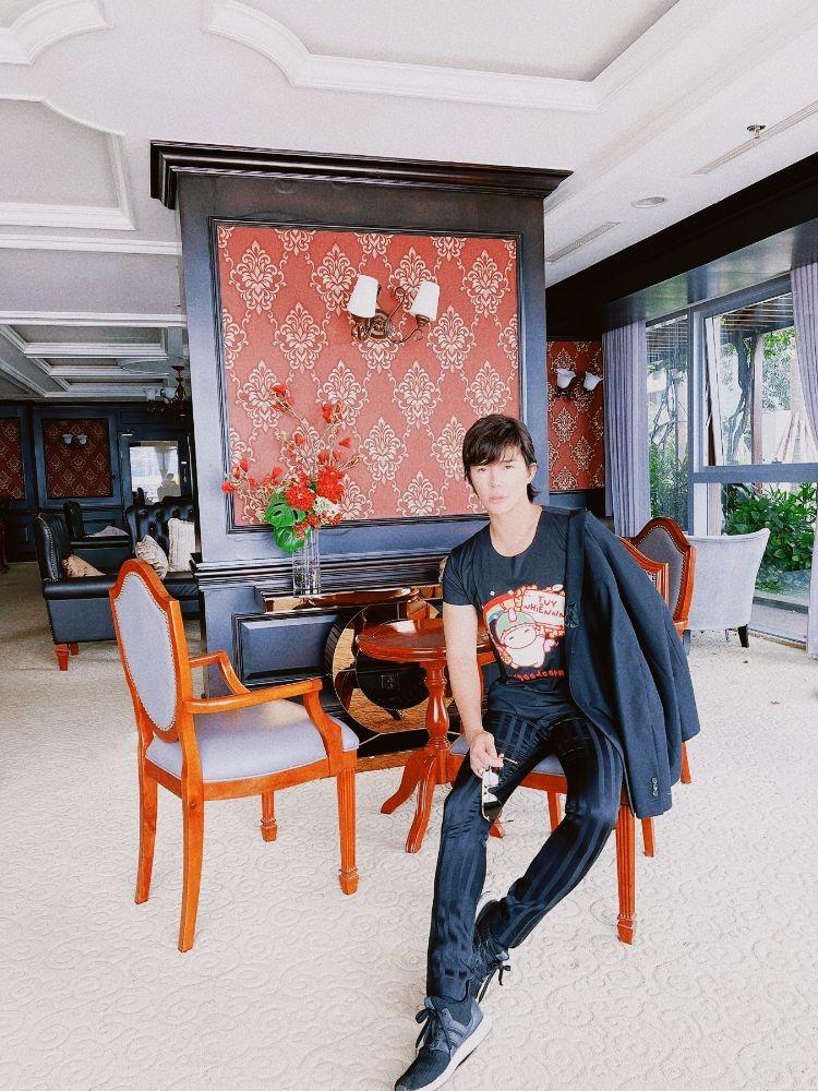Người hâm mộ ngỡ ngàng với mái tóc dài của Nathan Lee - ảnh 1