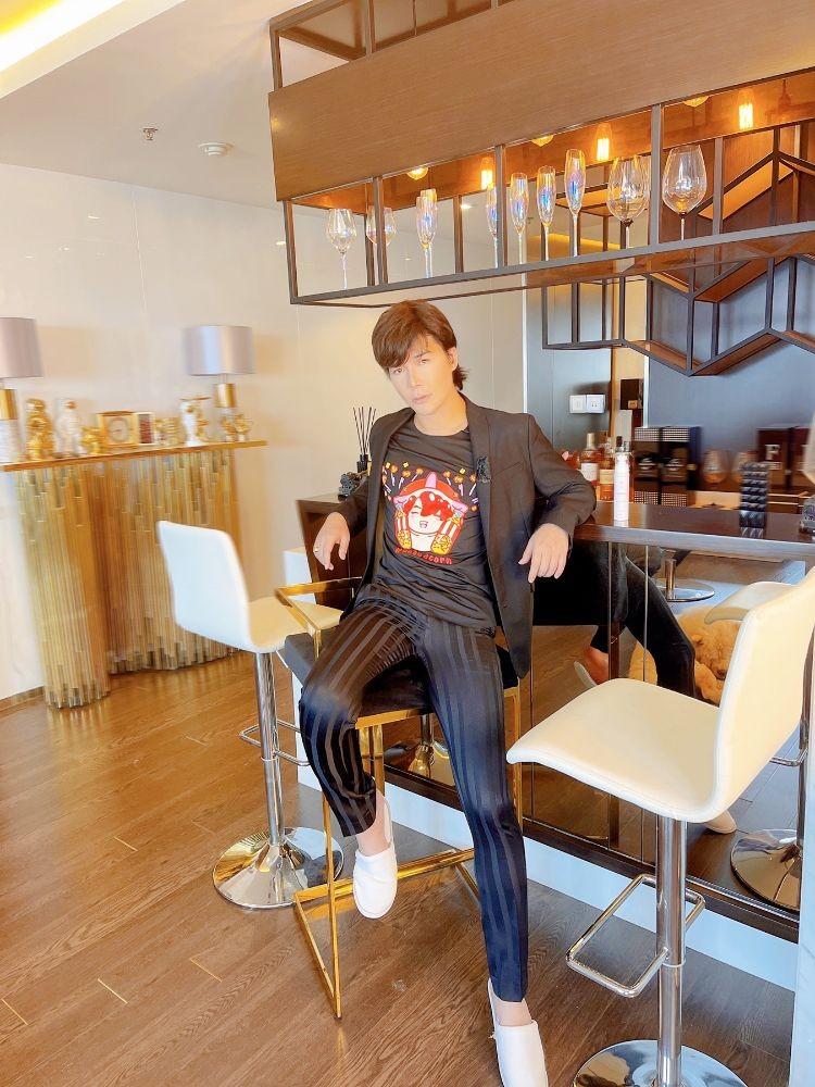 Người hâm mộ ngỡ ngàng với mái tóc dài của Nathan Lee - ảnh 6