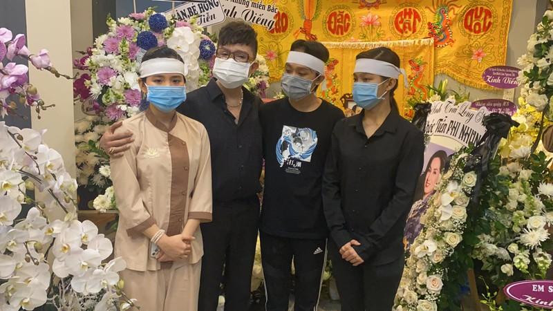 Nghệ sĩ lặng người tới viếng Phi Nhung tại nhà riêng ở TP.HCM - ảnh 2