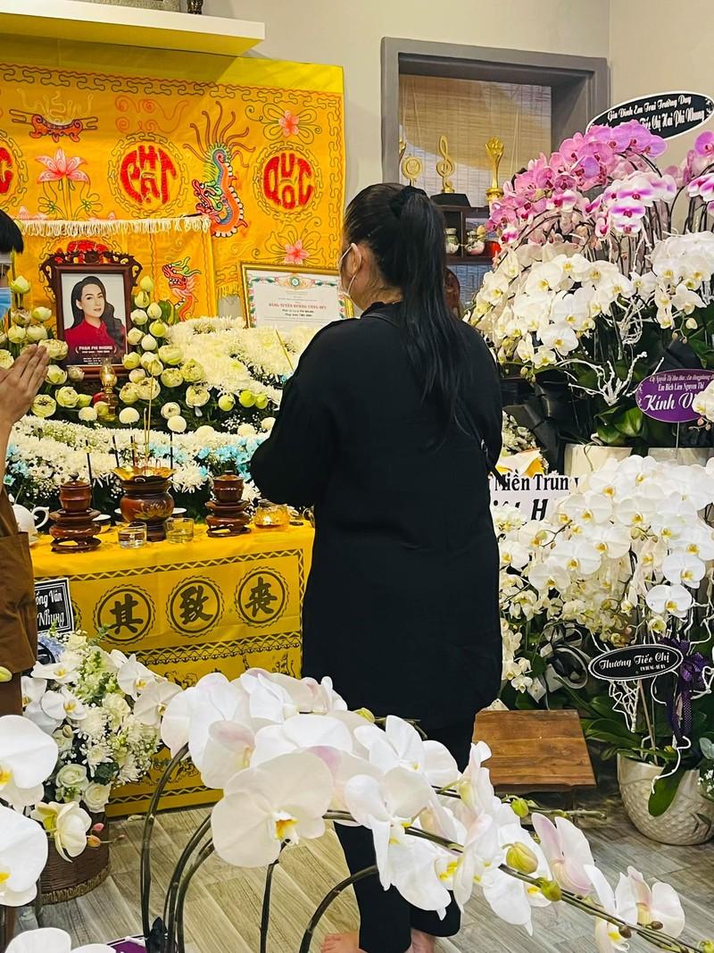Vì sao lễ tang ca sĩ Phi Nhung ở Mỹ không nhận vòng hoa? - ảnh 2