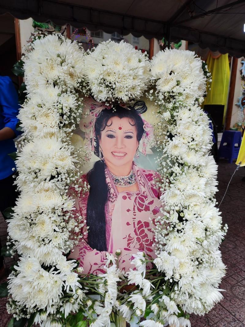 Lễ cầu siêu soạn giả Bạch Mai, nghệ sĩ đau cùng gia tộc Huỳnh Long - ảnh 4