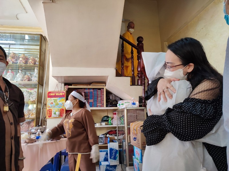 Lễ cầu siêu soạn giả Bạch Mai, nghệ sĩ đau cùng gia tộc Huỳnh Long - ảnh 6