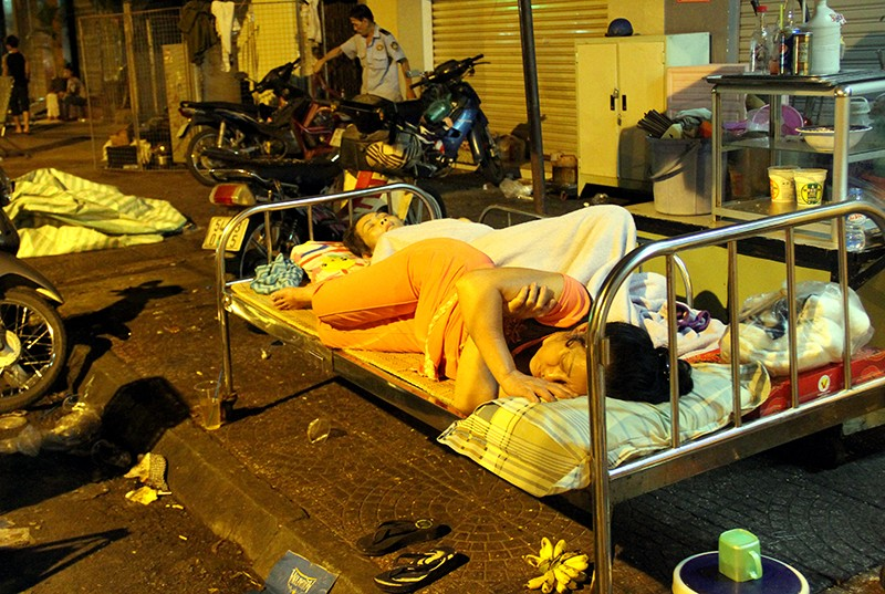 Cảnh người dân phải 'màn trời chiếu đất' vì vụ cháy ở trung tâm Sài Gòn - ảnh 11