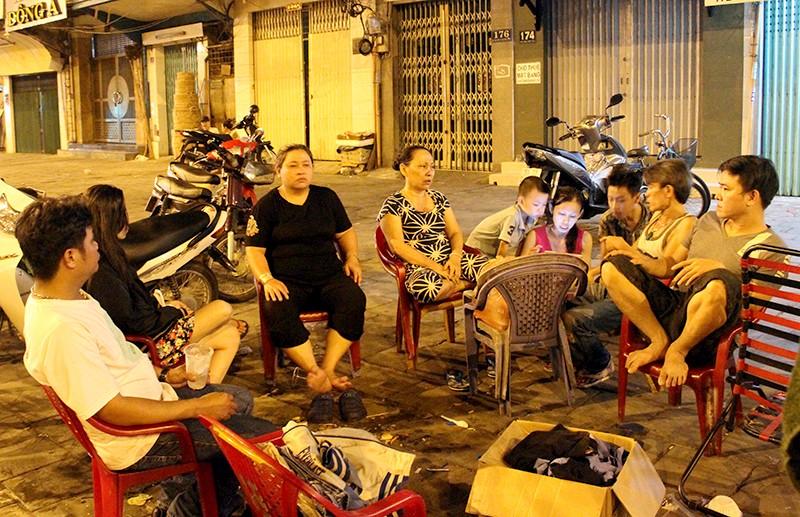 Cảnh người dân phải 'màn trời chiếu đất' vì vụ cháy ở trung tâm Sài Gòn - ảnh 1