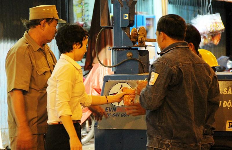 Cảnh người dân phải 'màn trời chiếu đất' vì vụ cháy ở trung tâm Sài Gòn - ảnh 2