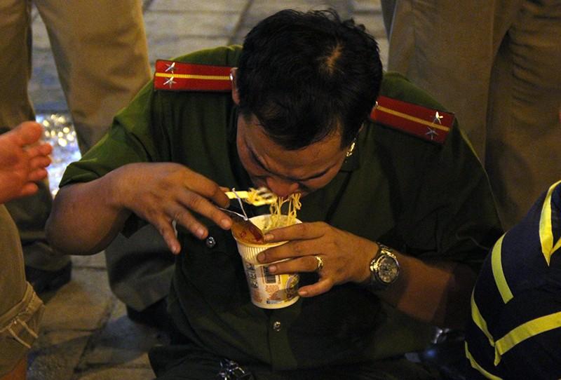 Cảnh người dân phải 'màn trời chiếu đất' vì vụ cháy ở trung tâm Sài Gòn - ảnh 3