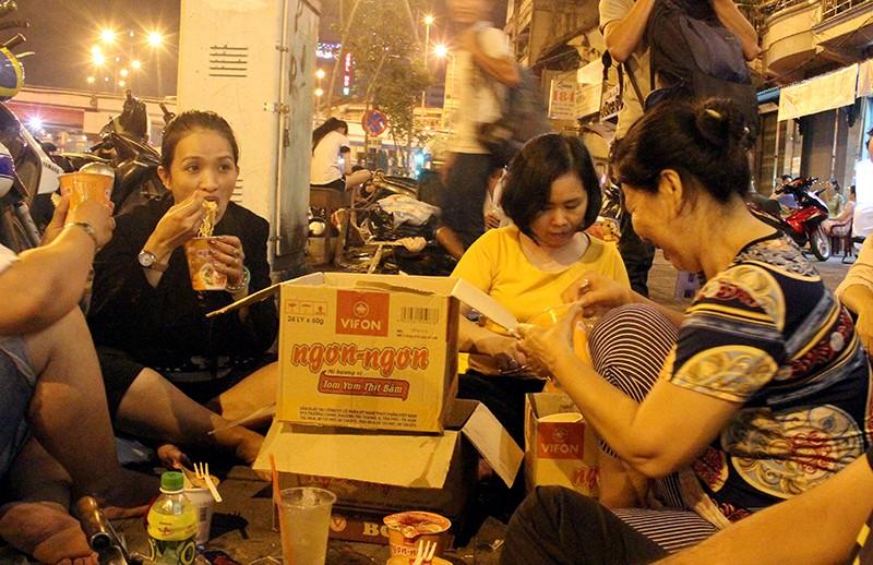 Cảnh người dân phải 'màn trời chiếu đất' vì vụ cháy ở trung tâm Sài Gòn - ảnh 4