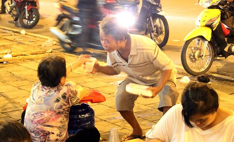 Cảnh người dân phải 'màn trời chiếu đất' vì vụ cháy ở trung tâm Sài Gòn - ảnh 6