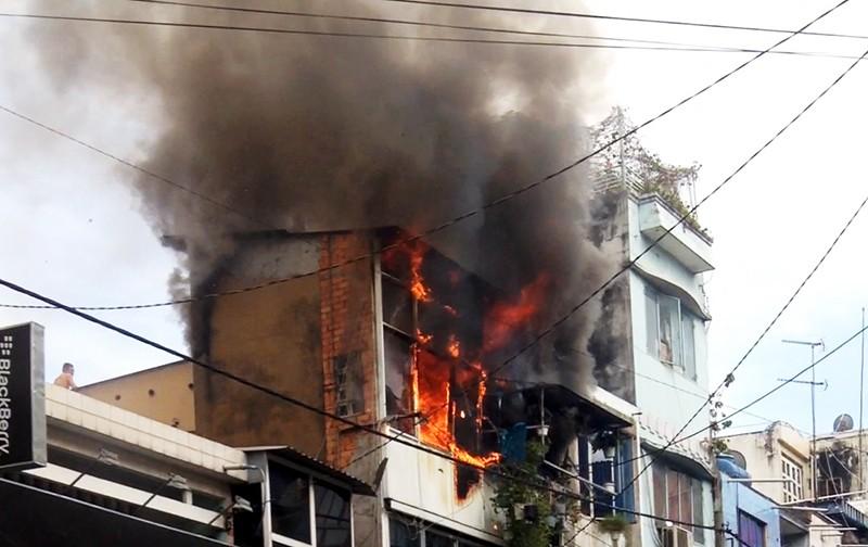 Cháy kèm nổ ở ngôi nhà ba tầng, người dân hốt hoảng tháo chạy - ảnh 1