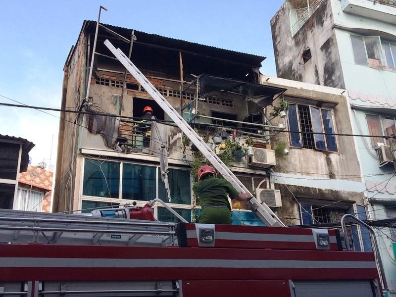 Cháy kèm nổ ở ngôi nhà ba tầng, người dân hốt hoảng tháo chạy - ảnh 3