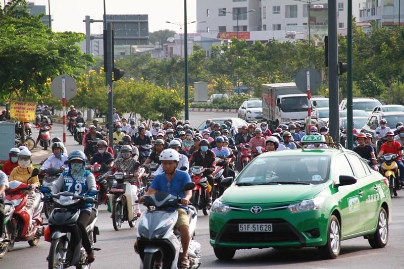 Phố Sài Gòn lại tất bật với xe cộ ngày làm việc đầu năm - ảnh 11
