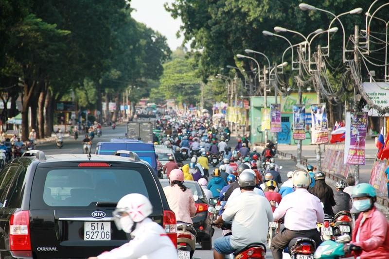 Phố Sài Gòn lại tất bật với xe cộ ngày làm việc đầu năm - ảnh 12