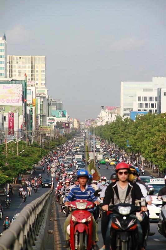 Phố Sài Gòn lại tất bật với xe cộ ngày làm việc đầu năm - ảnh 13