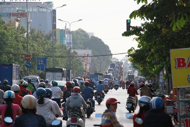 Phố Sài Gòn lại tất bật với xe cộ ngày làm việc đầu năm - ảnh 2