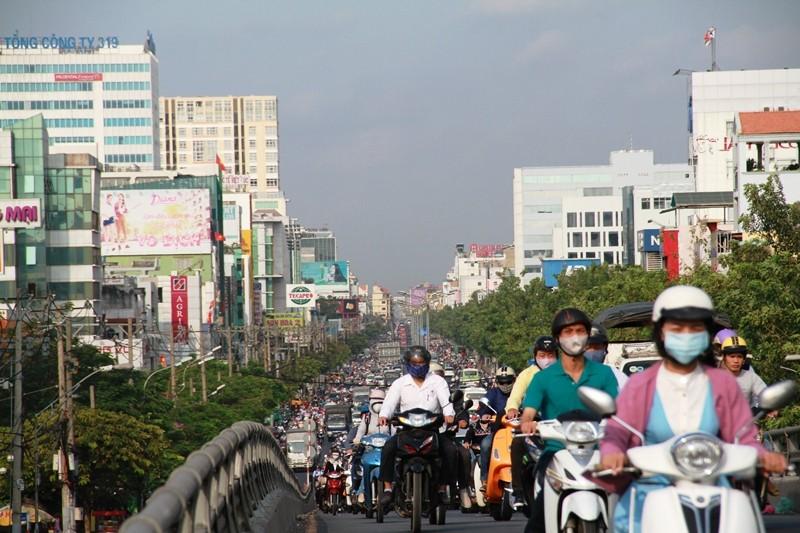 Phố Sài Gòn lại tất bật với xe cộ ngày làm việc đầu năm - ảnh 5