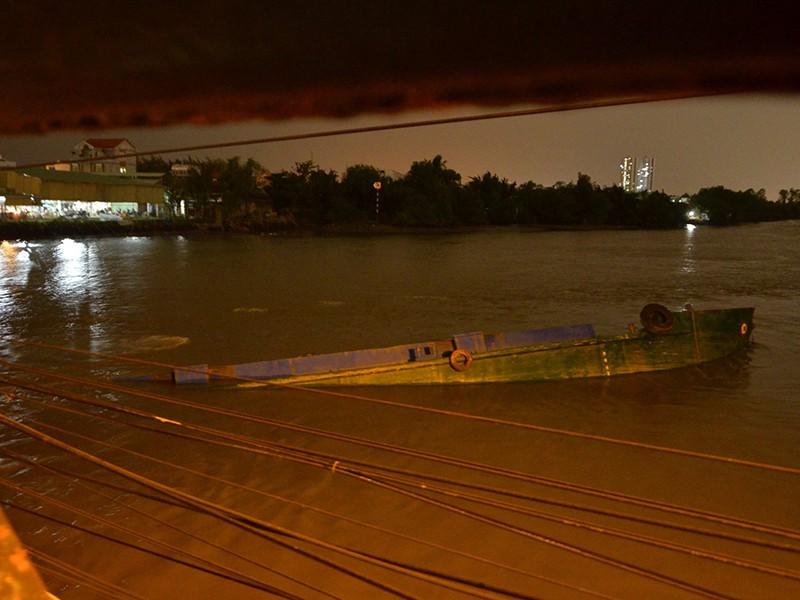 Chiếc xà lan tông phải cầu rồi chìm xuống sông Rạch Đỉa