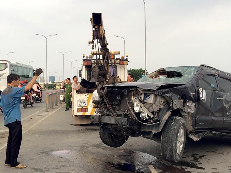 Chiếc xe bị hư hỏng nặng, nhiều bộ phận bị vỡ nát, văng tung tóe