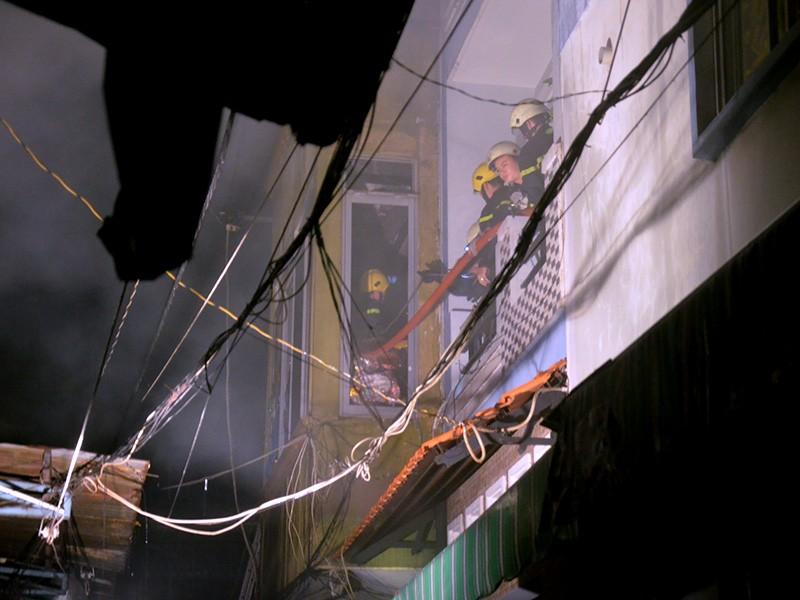 Hai mẹ con mắc kẹt trong ngôi nhà cháy ở Sài Gòn