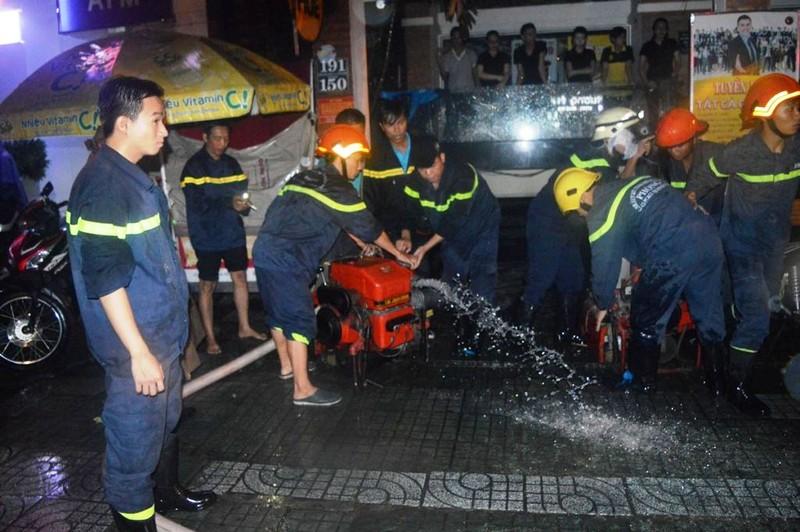 Cảnh sát PCCC giải cứu hàng ngàn xe máy bị ngập  - ảnh 11