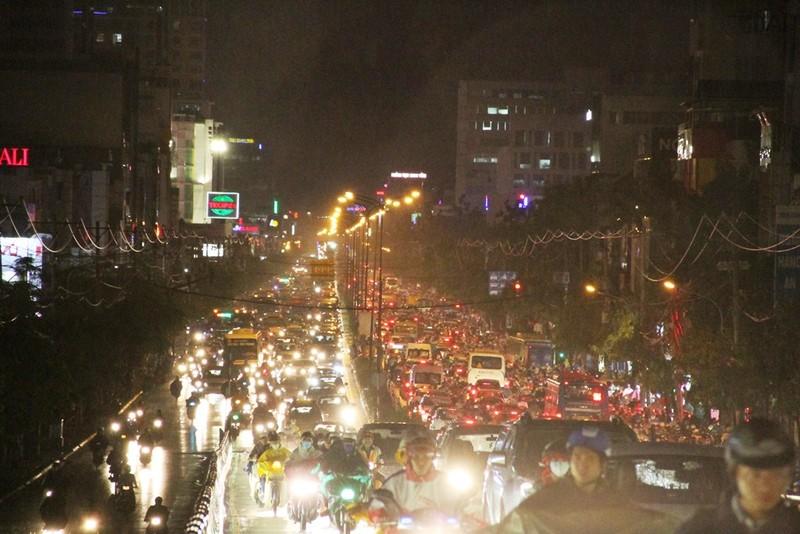 Ngàn phương tiện mắc kẹt dưới mưa khu vực Tân Sơn Nhất - ảnh 3