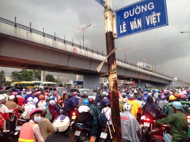 Ngàn phương tiện mắc kẹt dưới mưa khu vực Tân Sơn Nhất - ảnh 14