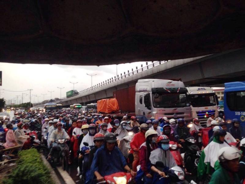 Ngàn phương tiện mắc kẹt dưới mưa khu vực Tân Sơn Nhất - ảnh 15