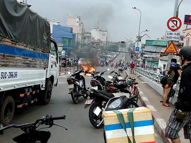 Xe máy bốc cháy đùng đùng, người đàn ông vứt xe chạy - ảnh 1