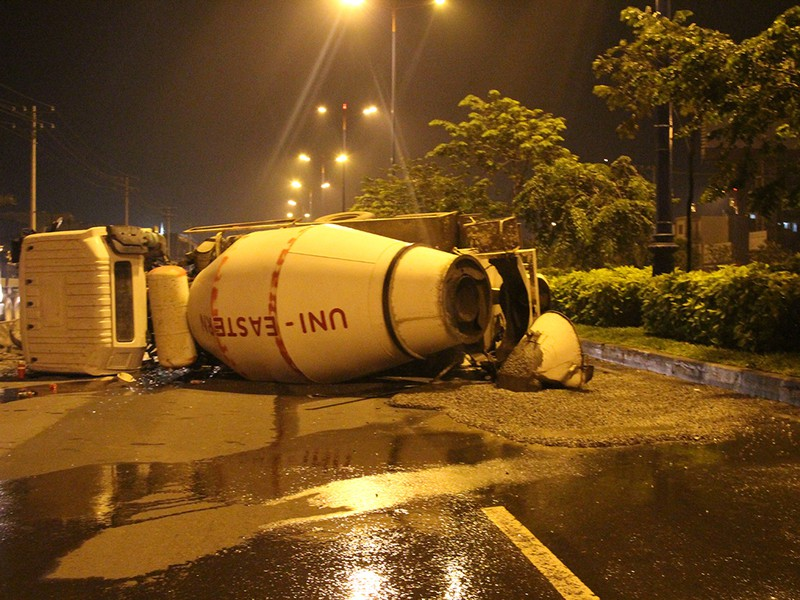 Xe bồn nổ lốp lật ngang trên xa lộ Hà Nội