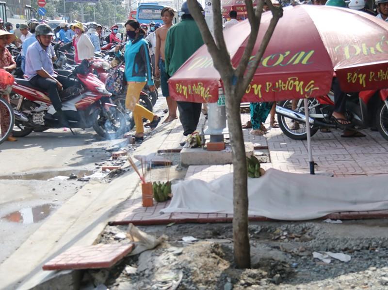 Người đàn ông đón xe buýt rơi xuống hố ga tử vong - ảnh 1