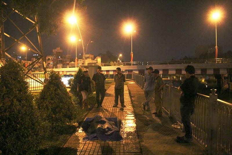 Thanh niên suýt chết khi lao xuống kênh cứu người  - ảnh 1