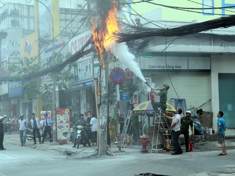 Cột điện bốc cháy như đuốc, cả khu phố hoảng loạn - ảnh 2