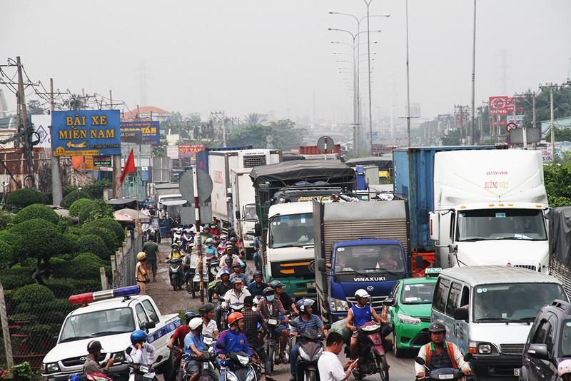 4 ô tô dính chặt trên quốc lộ, hàng ngàn xe kẹt cứng - ảnh 3