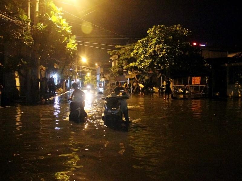 Hàng trăm hộ dân ở quận 12 bị ngập chìm trong nước - ảnh 9