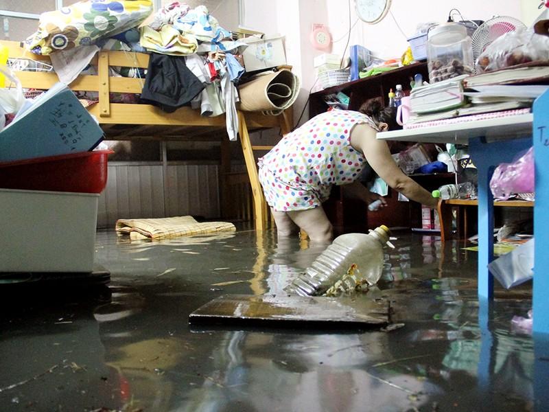 Hàng trăm hộ dân ở quận 12 bị ngập chìm trong nước - ảnh 11