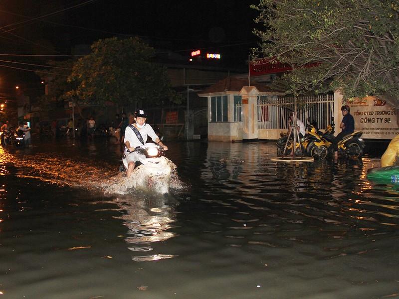 Hàng trăm hộ dân ở quận 12 bị ngập chìm trong nước - ảnh 2