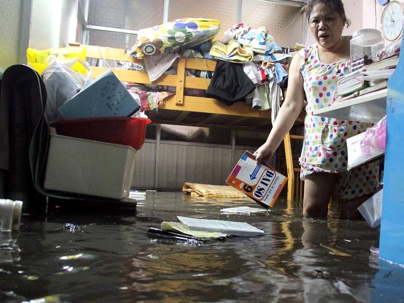 Hàng trăm hộ dân ở quận 12 bị ngập chìm trong nước - ảnh 3