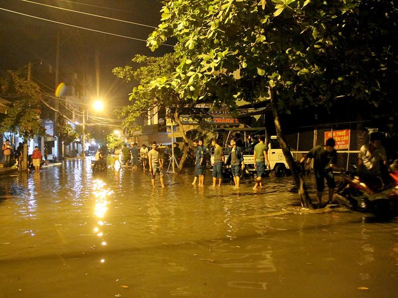 Hàng trăm hộ dân ở quận 12 bị ngập chìm trong nước - ảnh 6