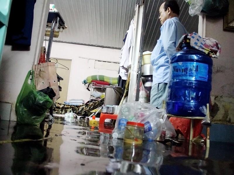 Hàng trăm hộ dân ở quận 12 bị ngập chìm trong nước - ảnh 8