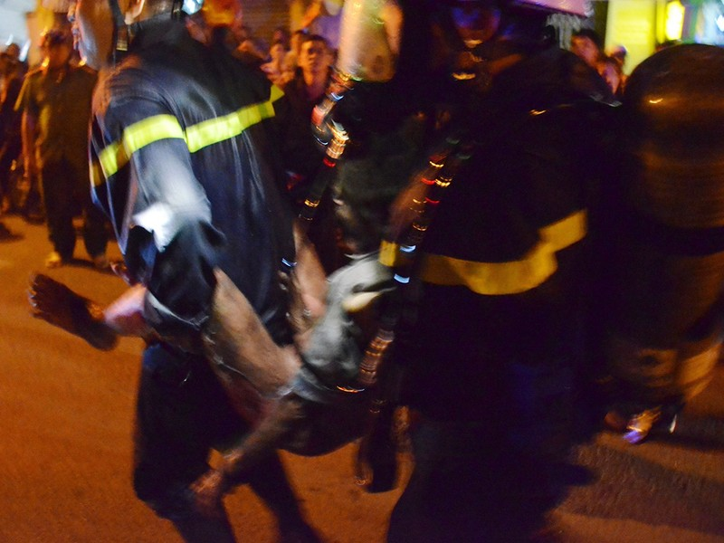 Giải cứu 6 người trong đám cháy căn nhà 3 tầng - ảnh 2