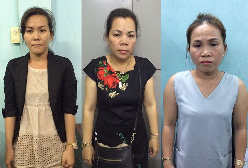 Nhóm phụ nữ móc túi ở đường hoa Nguyễn Huệ đêm 29 Tết - ảnh 1