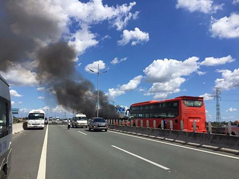 Xe khách cháy dữ dội trên cao tốc Trung Lương  - ảnh 1