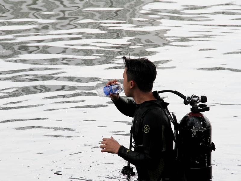 'Người nhái' lặn kênh Tẻ 3 giờ tìm cô gái đuối nước - ảnh 1