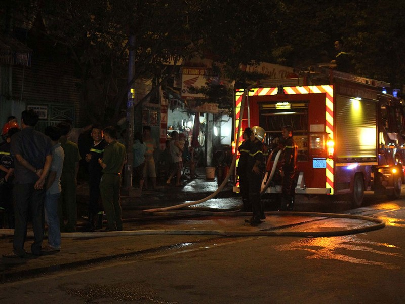 Cháy xưởng ở Sài Gòn, bảo vệ thoát chết trong gang tấc  - ảnh 1