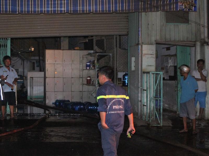 Cháy xưởng ở Sài Gòn, bảo vệ thoát chết trong gang tấc  - ảnh 2