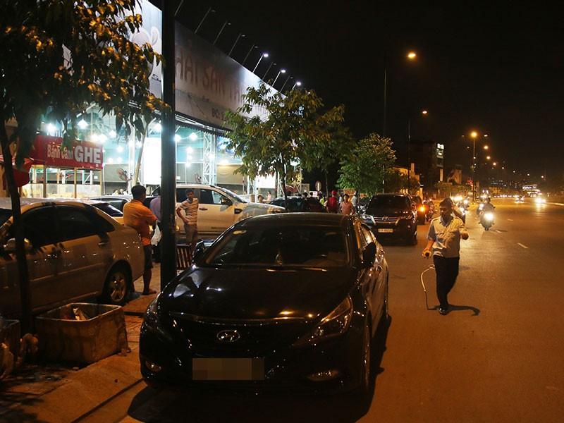 Dọn vỉa hè trên 'đường ăn nhậu' ở Sài Gòn - ảnh 1