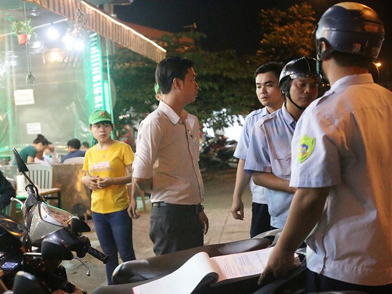 Dọn vỉa hè trên 'đường ăn nhậu' ở Sài Gòn - ảnh 2