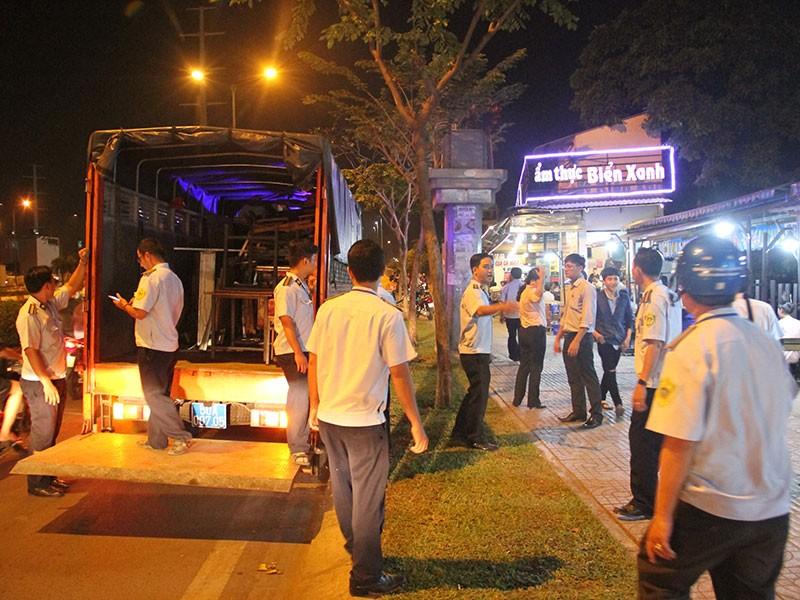 Dọn vỉa hè trên 'đường ăn nhậu' ở Sài Gòn - ảnh 6