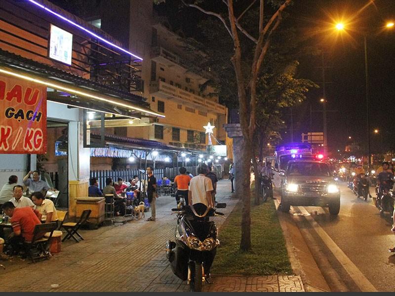 Dọn vỉa hè trên 'đường ăn nhậu' ở Sài Gòn - ảnh 7